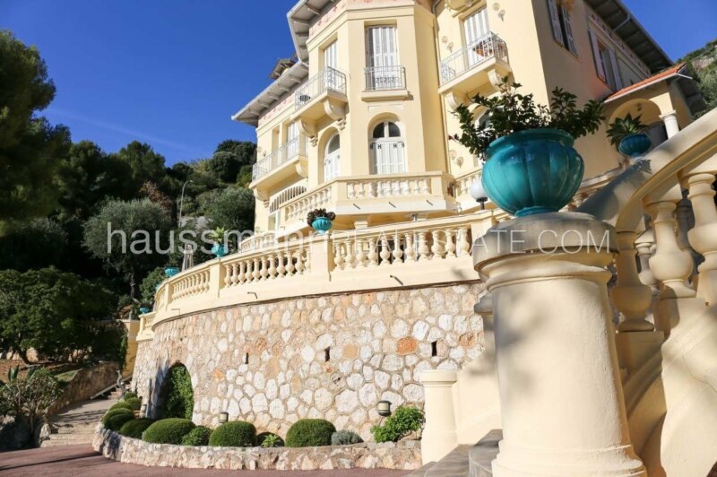 dans une villa belle epoque avec parc et vue mer