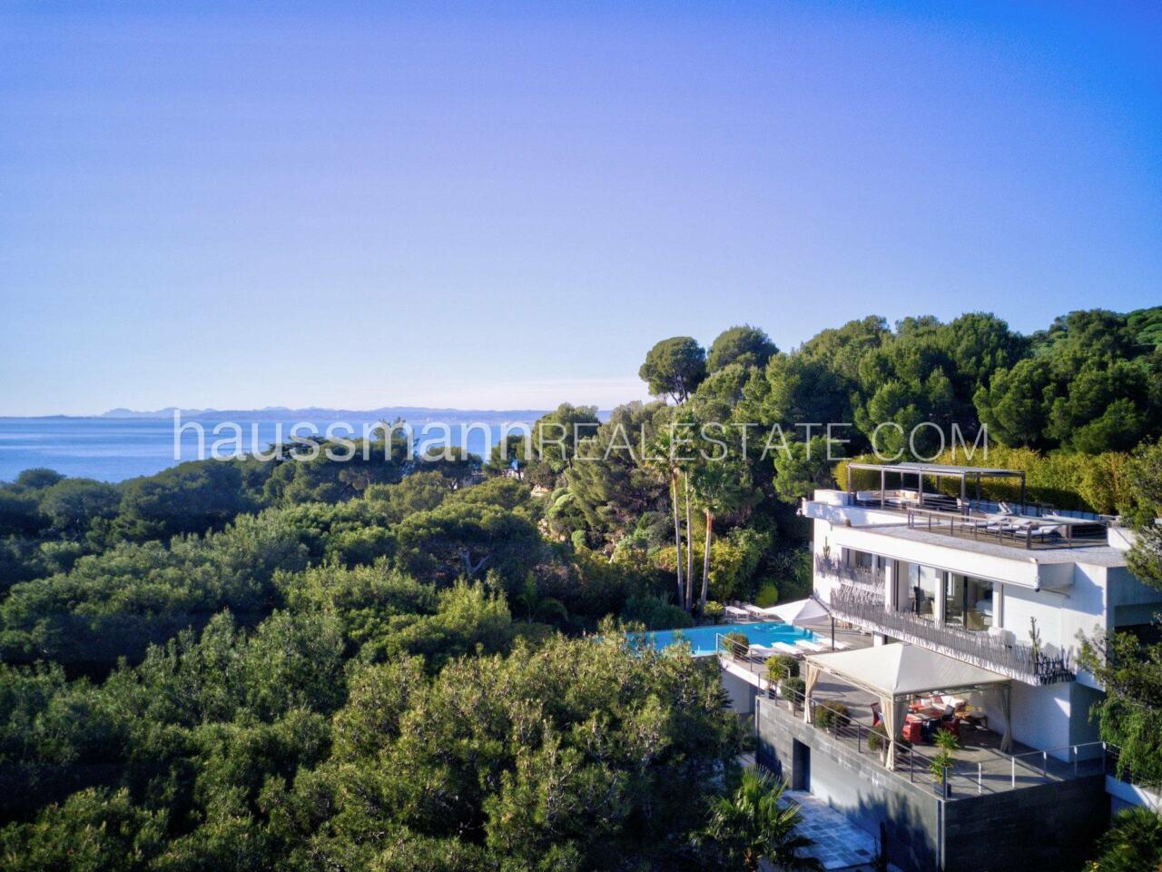 villa Design moderne sous les pins parasols image 0
