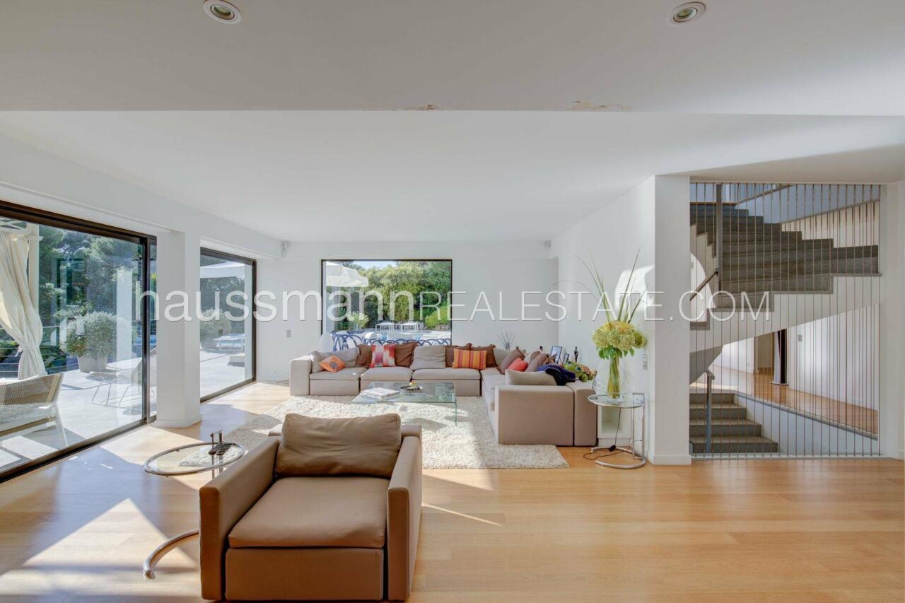 villa Design moderne sous les pins parasols image 2