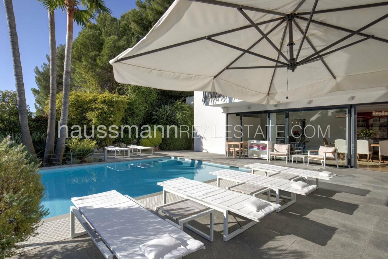 villa Design moderne sous les pins parasols image 1