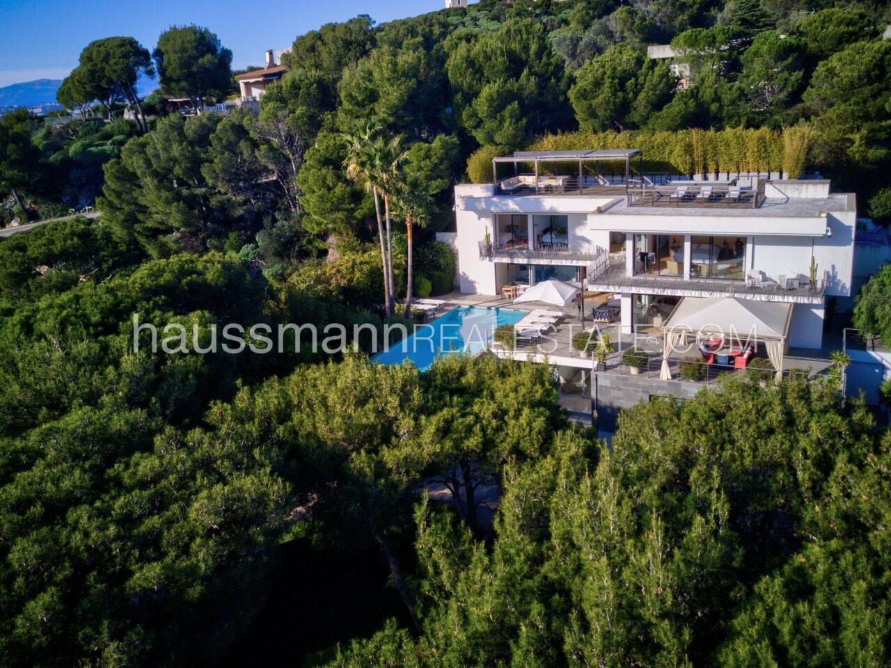 villa Design moderne sous les pins parasols image 14