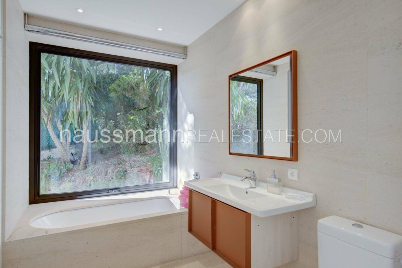 villa Design moderne sous les pins parasols image 22