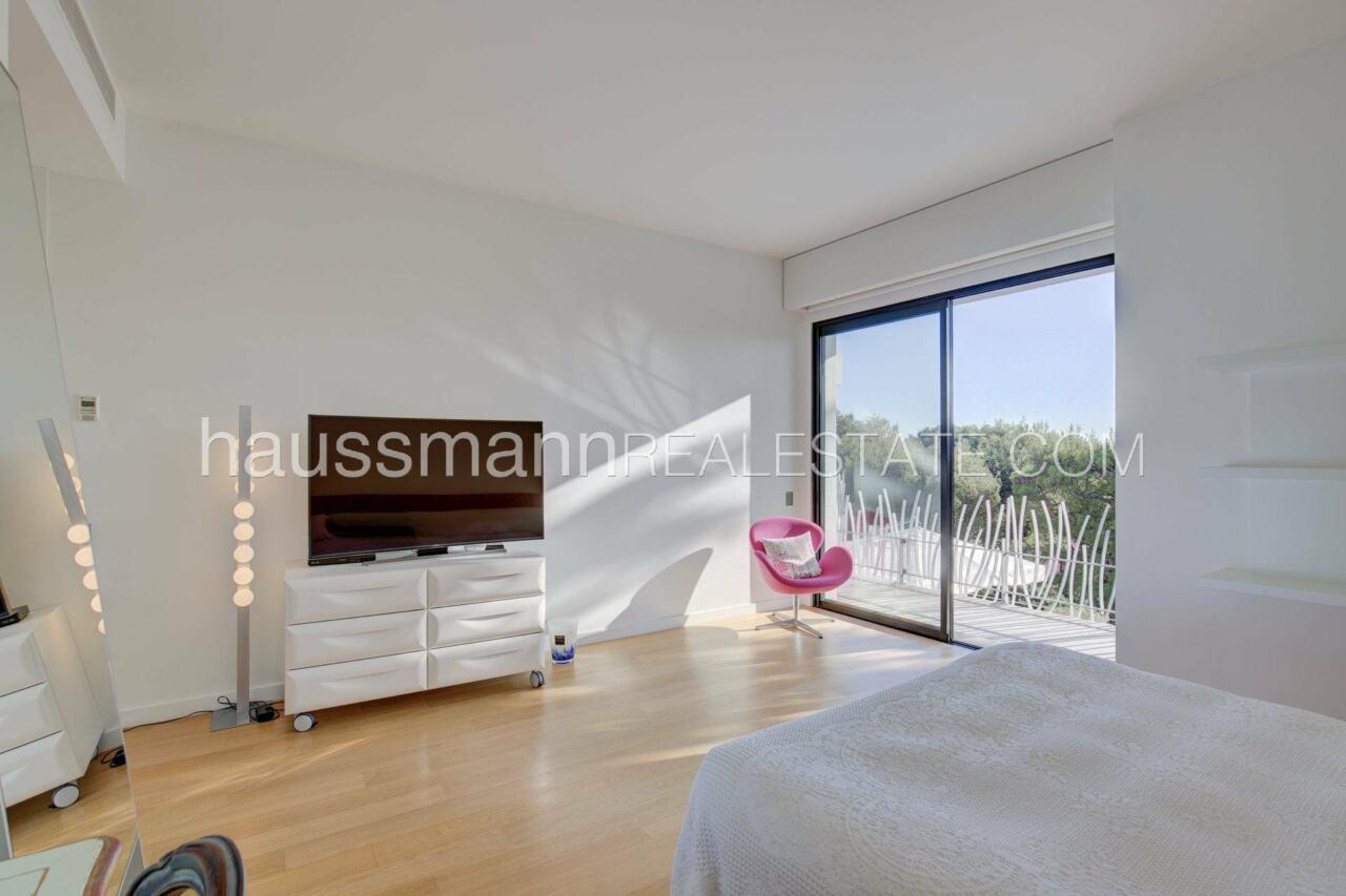 villa Design moderne sous les pins parasols image 17