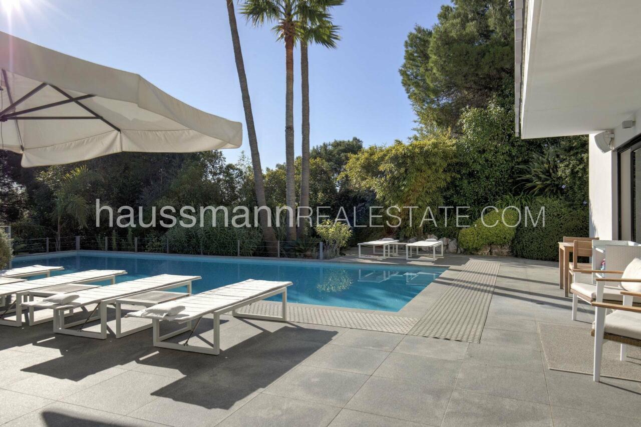 villa Design moderne sous les pins parasols image 9